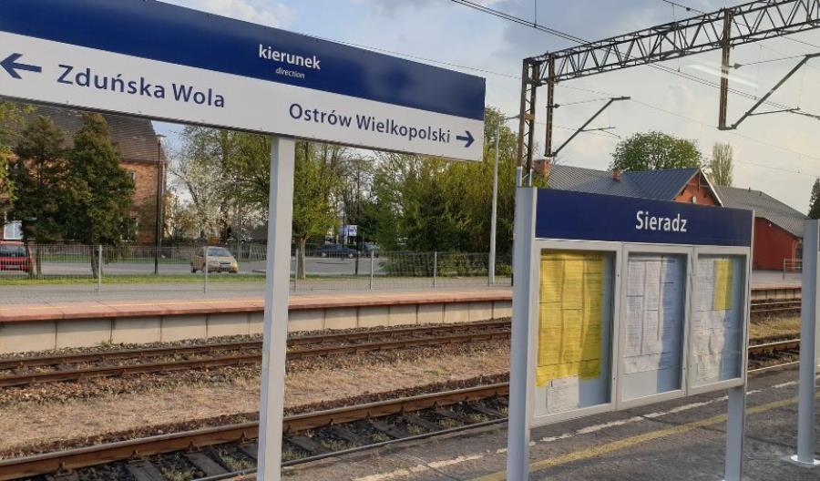 Nowe oznakowanie 35 stacji w województwie łódzkim i wiaty dla podróżnych