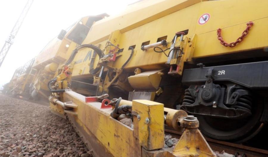 Maszyny przygotowują nowy drugi tor pomiędzy Otwockiem a Pilawą [zdjęcia]