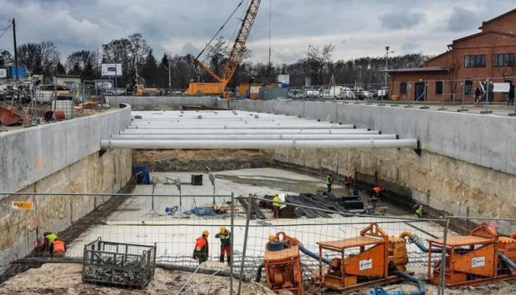 Trzy bezkolizyjne skrzyżowania na linii 2 w Warszawie powstaną później