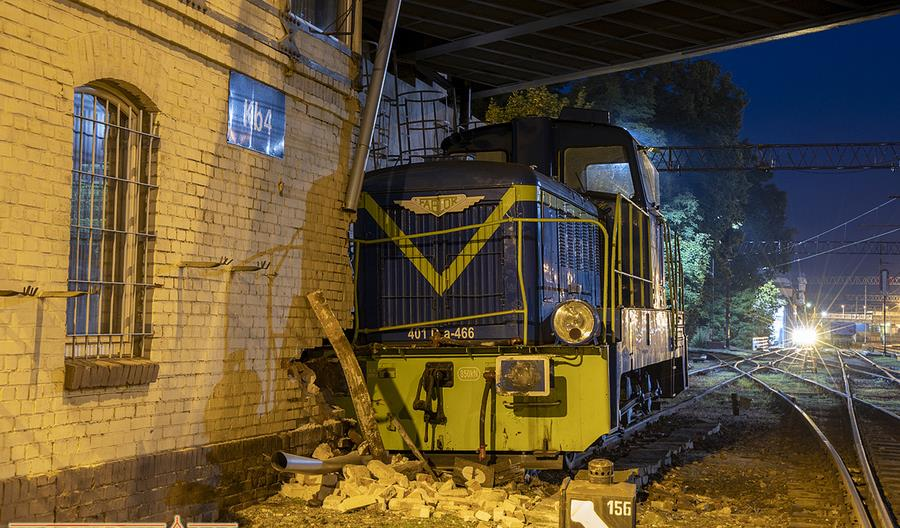 Lokomotywa manewrowa zderzyła się z nastawnią w Kluczborku [zdjęcia, film]