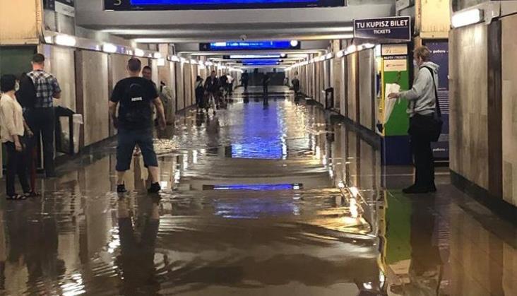 Warszawskie stacje zalane po wielkiej ulewie [aktualizacja]