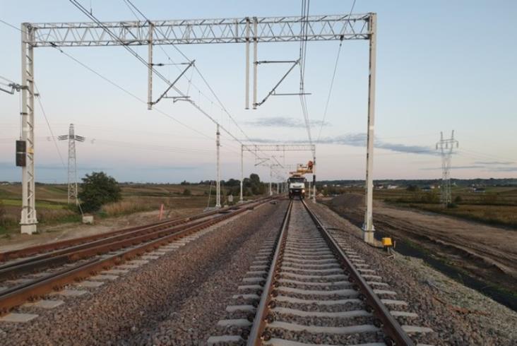 Linia nr 7: Przebudowa sieci trakcyjnej na odcinku Dęblin – Nałęczów blisko zakończenia
