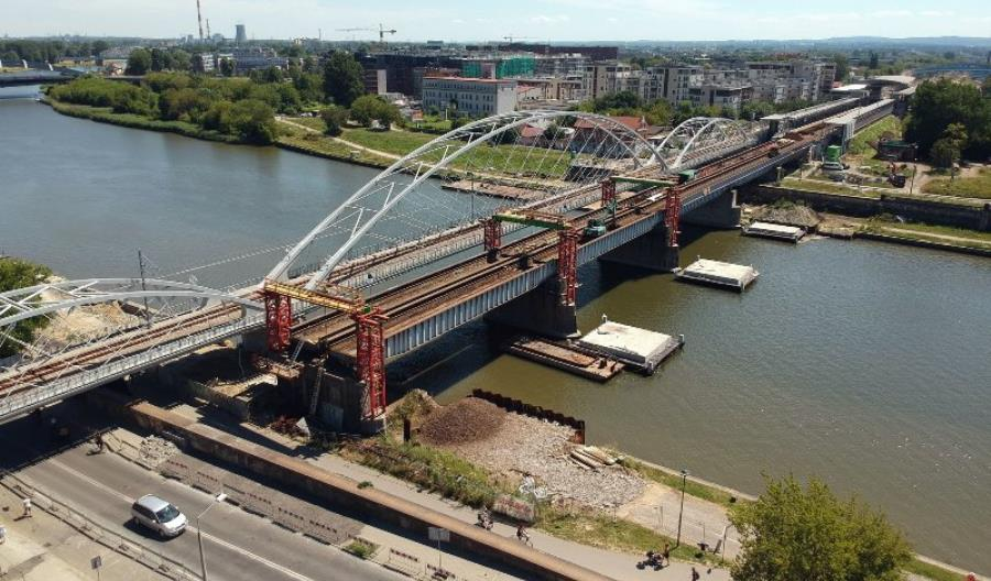 Most kolejowy spod Wawelu jedzie w Polskę