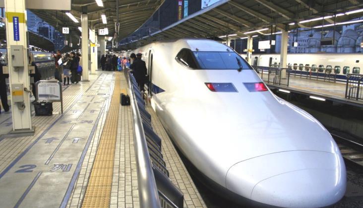 Japońskie szybkie pociągi pasażerskie wożą do Tokio świeżą rybę
