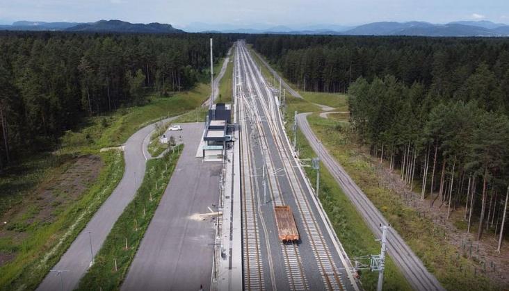 Pociągi dojeżdżają do nowej stacji Mittlern w Austrii na budowanej linii Koralmbahn