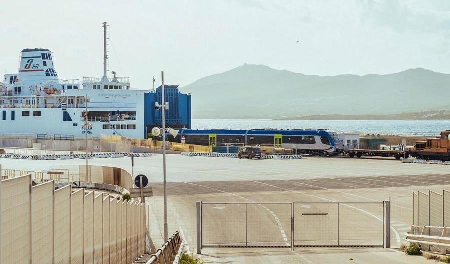 Zespoły trakcyjne ART220 z Pesy są już na Sardynii [zdjęcia]