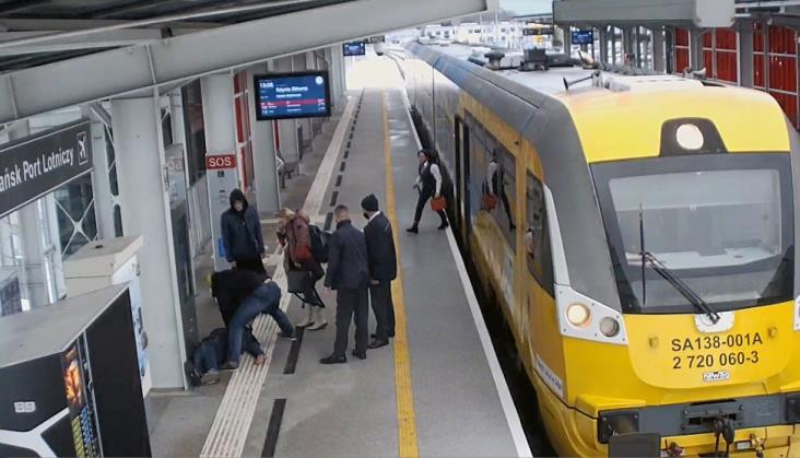 Akcja ratunkowa na peronie. Pasażer i kierowniczka pociągu Polregio uratowali pasażera