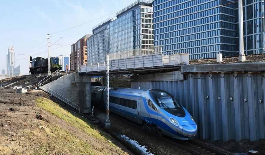 Ciężka lokomotywa sprawdziła wiadukt przed Warszawą Główną. Stacja ruszy 14 marca [zdjęcia]