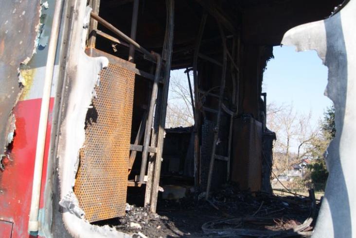 Pod Ostrowem Wielkopolskim spłonął EN57 [nowe zdjęcia]