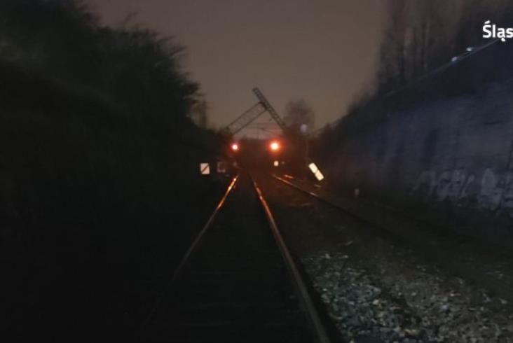 Chorzów: Słup trakcyjny przewrócił się na pociąg Kolei Śląskich