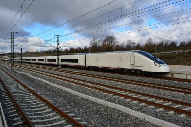 Talgo pokazało ekonomiczne pociągi dużych prędkości. Aż pięć siedzeń w rzędzie [zdjęcia]