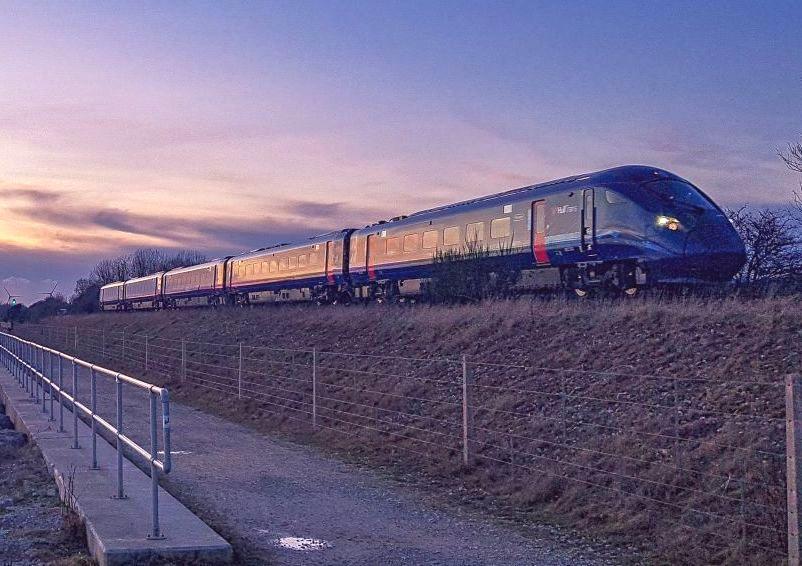 Wielka Brytania wychodzi z lockdownu. Więcej połączeń kolejowych, lotnicze dopiero w maju
