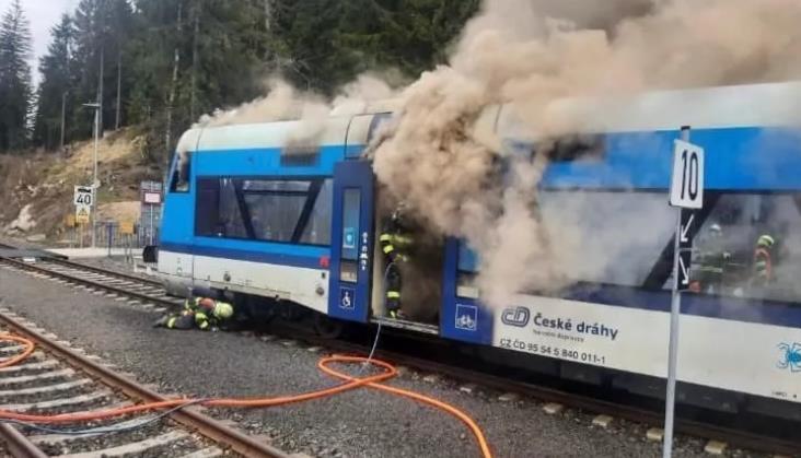 Tuż przy polskiej granicy spalił się czeski autobus szynowy