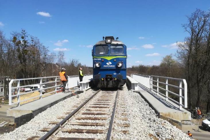 Przęsło mostu kolejowego z Krakowa stanęło w woj. śląskim