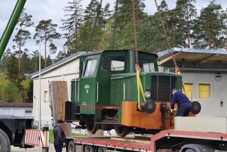 Lokomotywa spalinowa 409Da stanęła przy dworcu w Szepietowie
