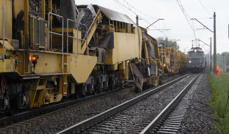 Kombajn podtorzowy AHM 800R pracuje na linii z Wrocławia do Oleśnicy