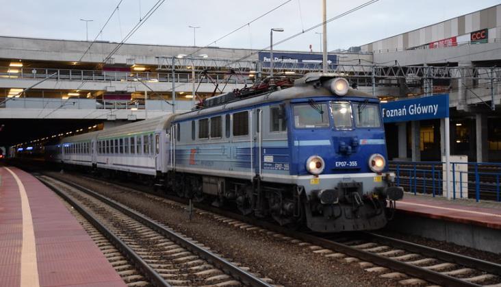 Groźne zdarzenie w Poznaniu, pasażer wpadł między peron a odjeżdżający pociąg