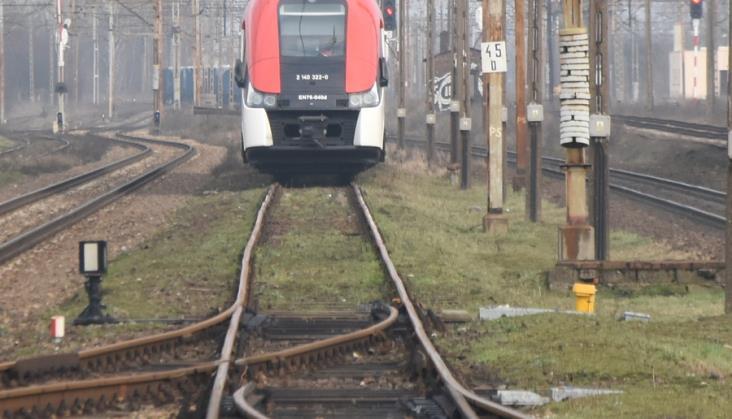 Dwa pociągi na jednym torze. Zatrzymały się 200 metrów od siebie