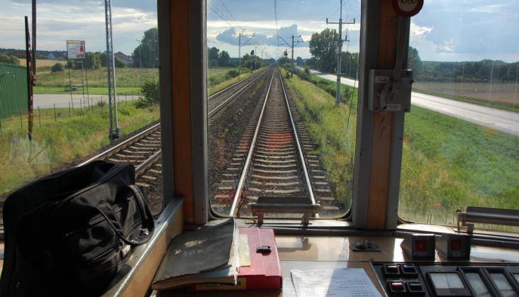 Podróż EN57 z przygodami. Maszynistę za nastawnikiem zastąpił... kierownik pociągu