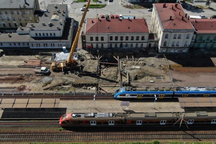 Przebudowa stacji i węzła Czechowice-Dziedzice prawie na półmetku [film]