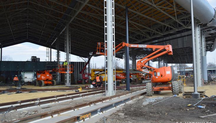 Podnośniki koszowe i ich wykorzystanie przy inwestycjach budowlanych w branży kolejowej