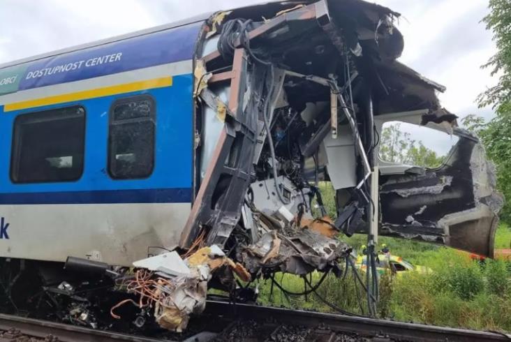 Dwa pociągi pasażerskie zderzyły się w Czechach. Są zabici i ranni [zdjęcia]