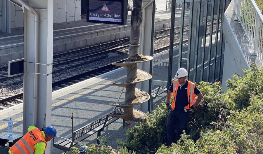 Elektryfikacja Pomorskiej Kolei Metropolitalnej coraz bardziej zaawansowana [zdjęcia]