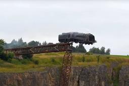 Tom Cruise w końcu zrzucił lokomotywę z mostu
