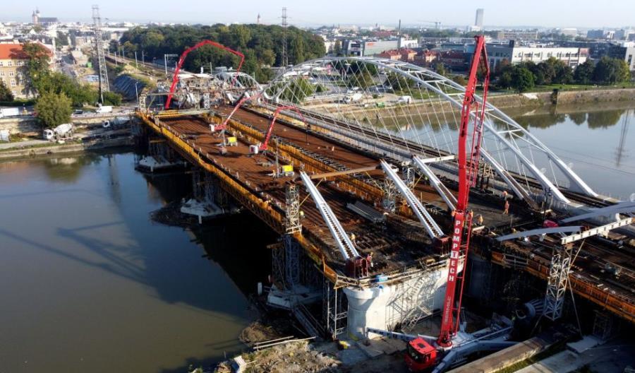 Kraków: Trwa betonowanie największego przęsła nowego mostu kolejowego [zdjęcia]