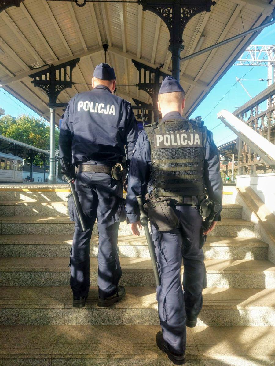 Policja sprawdza, czy pandemiczne obostrzenia w transporcie publicznym są przestrzegane