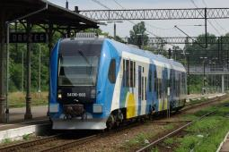 Rosną utrudnienia na kolei z powodu wichur