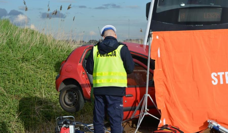 Wolsztyn: Tragiczny wypadek na przejeździe. Dwie ofiary śmiertelne