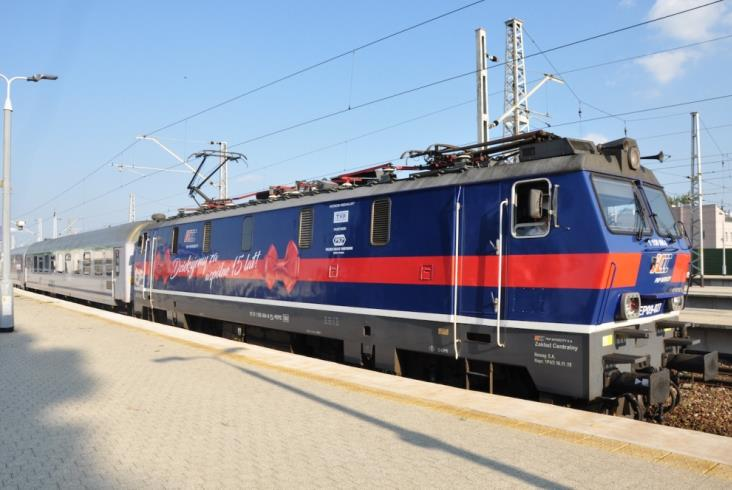 Lokomotywa udekorowana na 15-lecie PKP Intercity wyruszyła do Łodzi