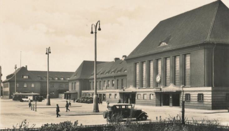 Wystawa starych fotografii na dworcu w Gliwicach