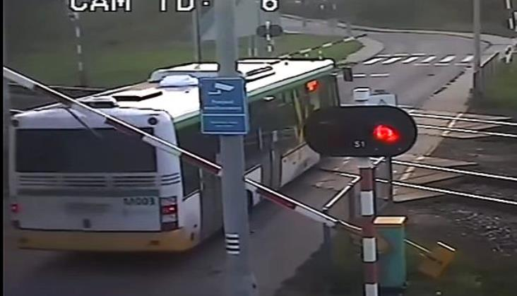 Jest film z wypadku autobusu lotniskowego KM i Pendolino
