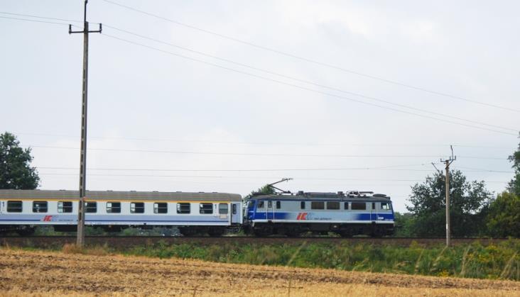 Dwa pociągi TLK na jednym torze. Zatrzymały się 100 metrów od siebie