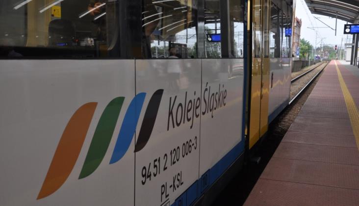 """Dym w """"zastępczym"""" pociągu Kolei Śląskich. Dwie osoby w szpitalu"""