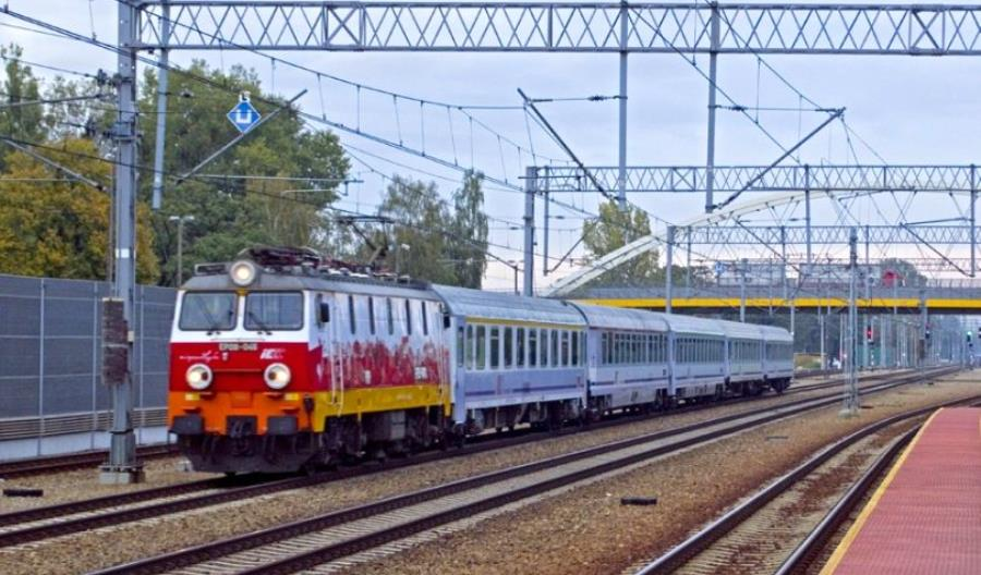 PKP Intercity: Skąd wzięła się inna cena biletu w pociągu i w internecie?