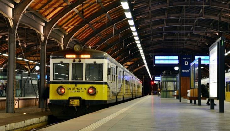 Zabrakło komunikacji, pasażer czekał 21 godzin na pociąg