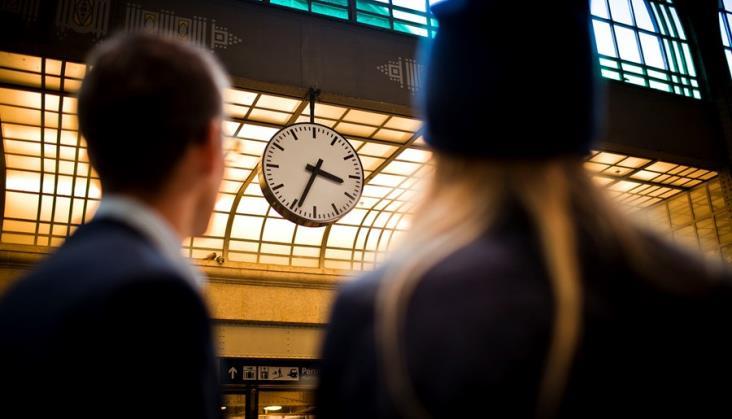 Zmieniamy czas na letni – sprawdź, co to oznacza dla podróżujących koleją