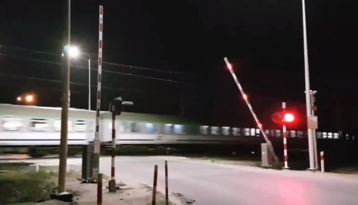 Krzesiny: Rogatki opadły dopiero jak pociąg przejeżdżał