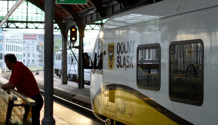 """Bezpłatne autobusy zawiozą pasażerów kolei do atrakcji turystycznych. Startuje """"Lato z KD"""""""