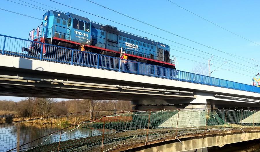 Ciężkie lokomotywy sprawdziły nowe mosty na CMK między Olszamowicami a Pilichowicami
