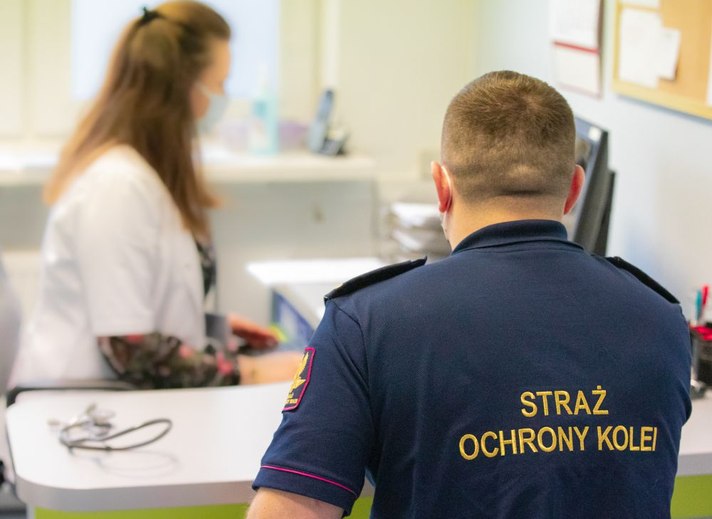 Pierwsi funkcjonariusze Straży Ochrony Kolei zaszczepieni przeciwko COVID-19