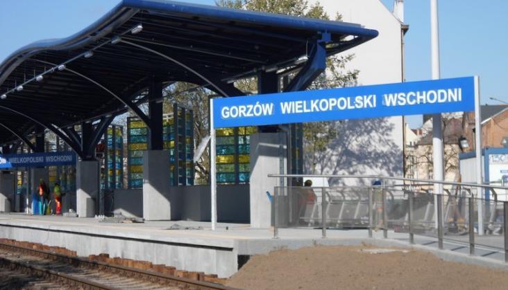 """""""Gorzów Wielkopolski Wschodni"""". Napis tak długi, że musiał zawadzać pasażerom"""