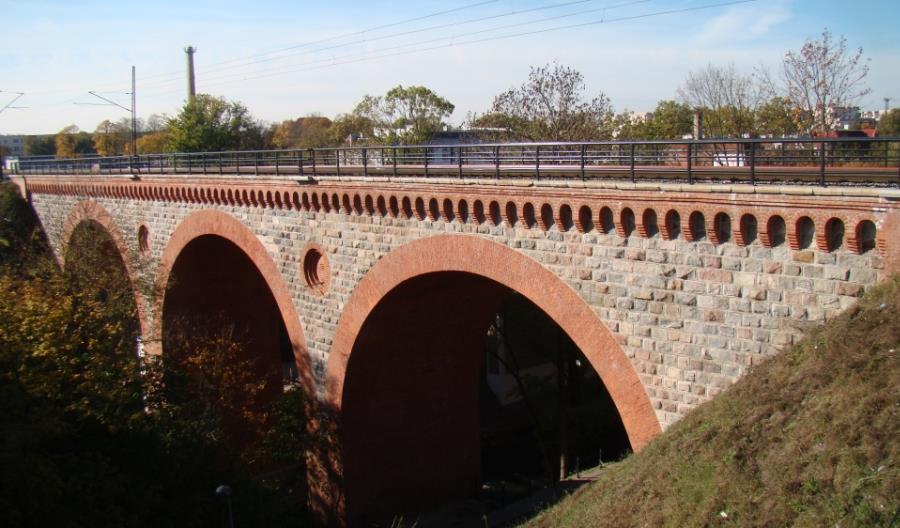 Pęknięcie na zabytkowym olsztyńskim moście kolejowym