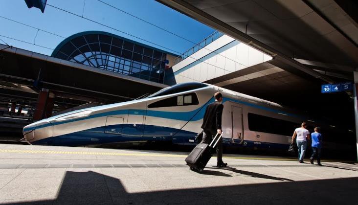 Pasażerowie wracają do kolei