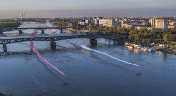 Samoloty z Biało-Czerwoną flagą i kolejowy most w Warszawie