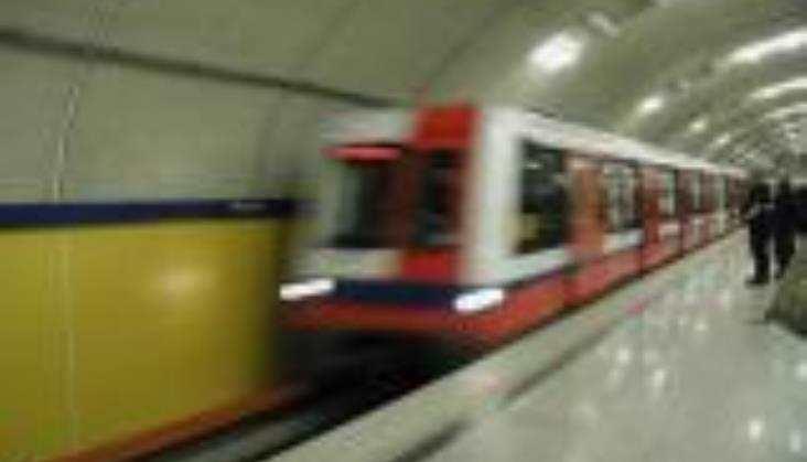 Będzie bezpieczniej na peronach metra i PKP