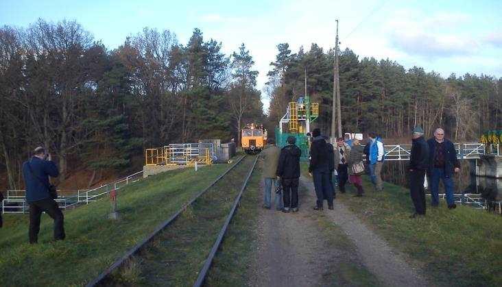 Więźniowie pomagają odbudować wąskotorówkę doRosnowa